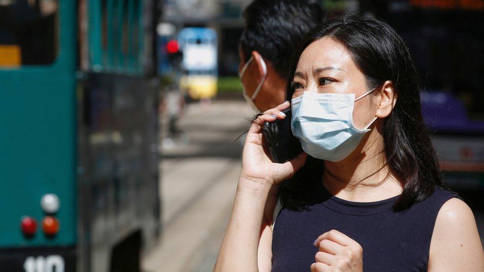 Mulher usa máscara cirúrgica após o surto de doença de coronavírus (COVID-19), em Hong Kong, China 17 de julho de 2020