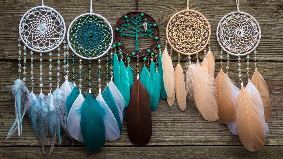 Ručno pravljeni hvatači snova Handmade dream catcher with feathers threads and beads rope hanging
