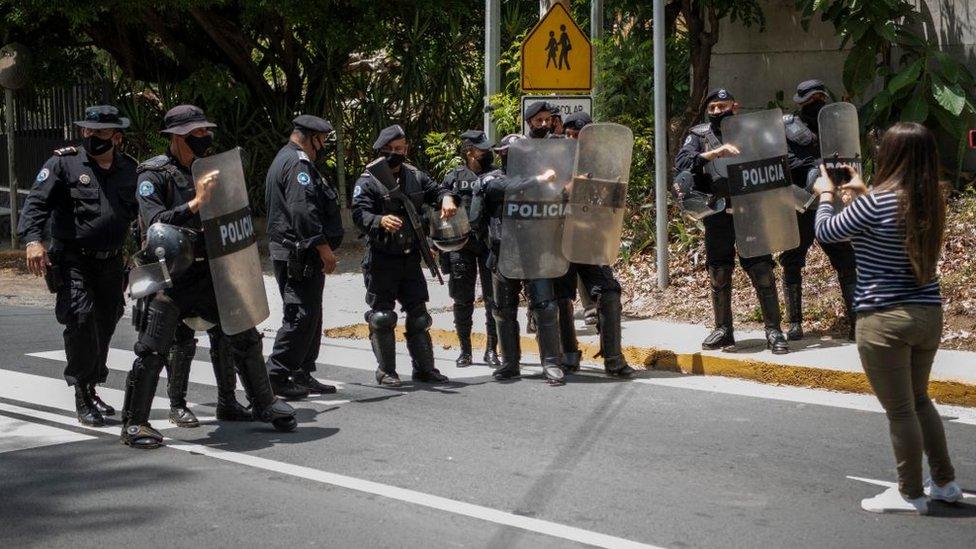Policía frente a la casa de Chamorro Barrios.