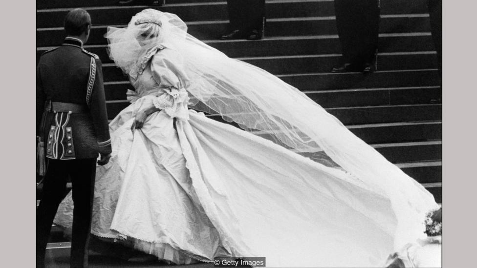 Gaun pengantin mewah buatan Emanuel yang dikenakan oleh Putri Diana adalah tumpukan dari berbagai kain dan rimpel  dan mendapat banyak sorotan di seluruh dunia.