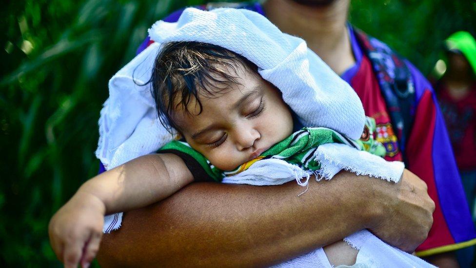 Niño en la caravana de migrantes