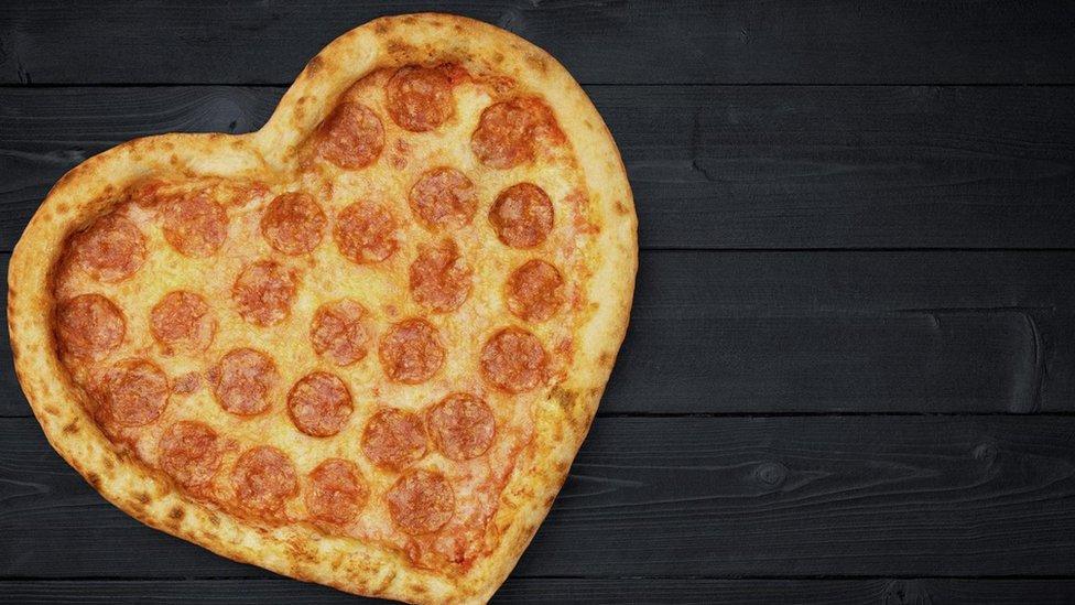 Pizza con forma de corazón.