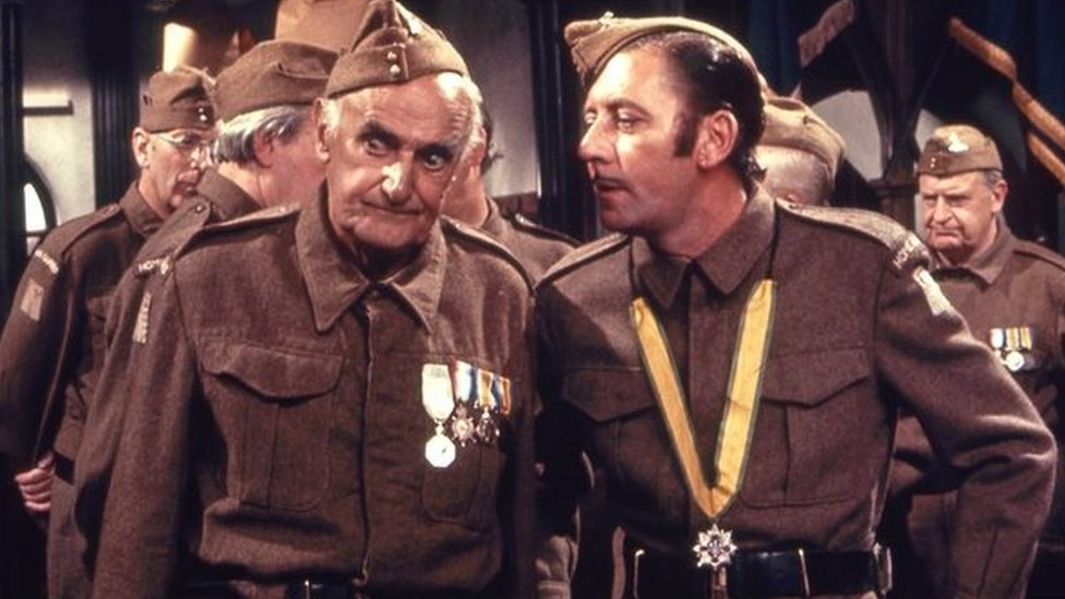 Private Joe Walker (James Beck) and Private James Frazer (John Laurie)