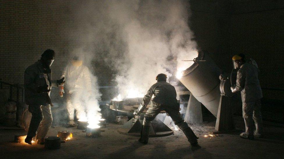 Hombres trabajan dentro de una instalación de conversión de uranio en las afueras de Isfahan (30 de marzo de 2005)
