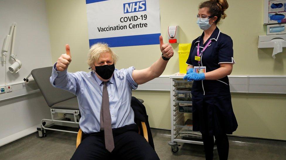 Boris Johnson faz sinal de joia após tomar vacina