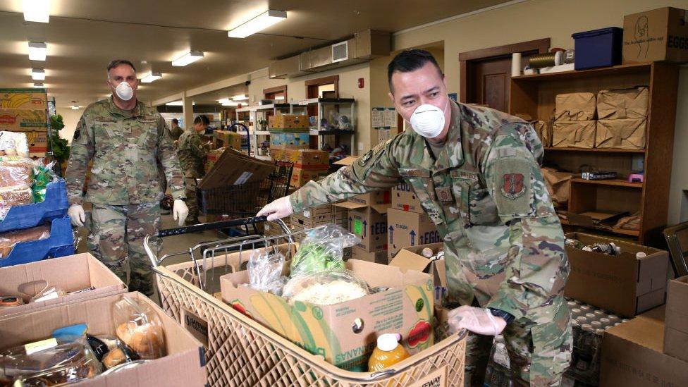 جنود من الجيش الأمريكي يساعدون في توزيع الطعام