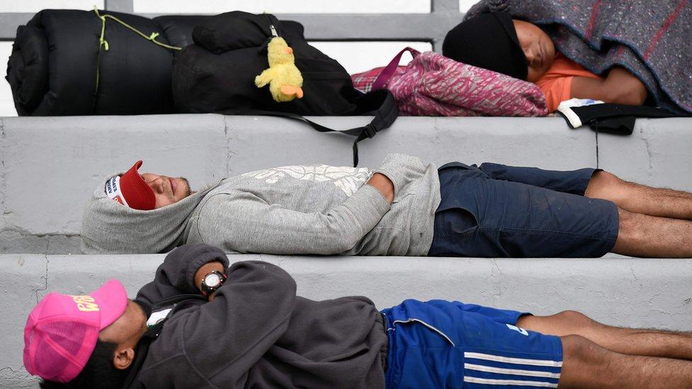 Migranti se odmaraju na stadionu pre nego što nastave ka SAD