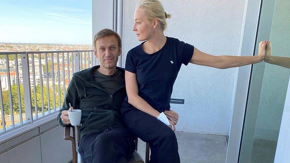एलेक्सी नवलनी और उनकी पत्नी यूलिया नवलनाया बर्लिन, जर्मनी के चैरिटी अस्पताल में एक तस्वीर के लिए पोज़ देती हैं