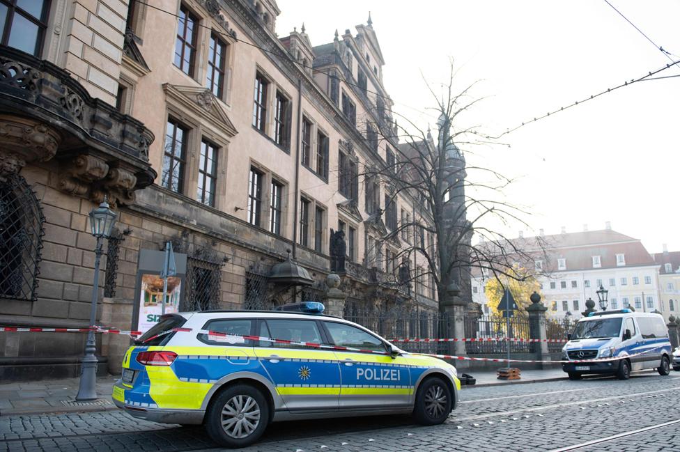 سيارة شرطة خارج المتحف