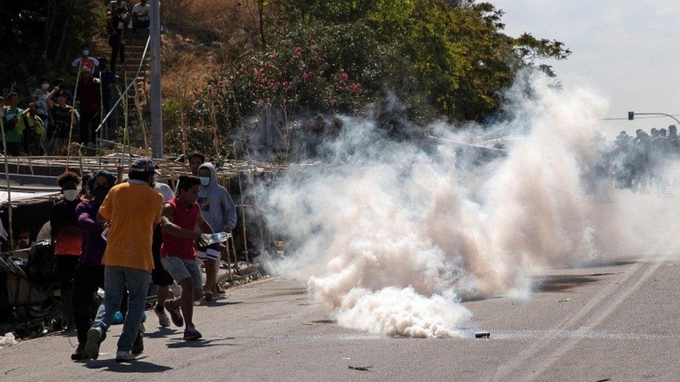 Refugiados y migrantes huyen de los gases lacrimógenos disparados por la policía antidisturbios, 12 de septiembre