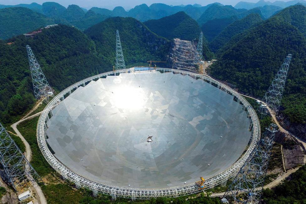 Telescopio Radio Esférico de Apertura de 500 metros de China (FAST) rodeado de montañas