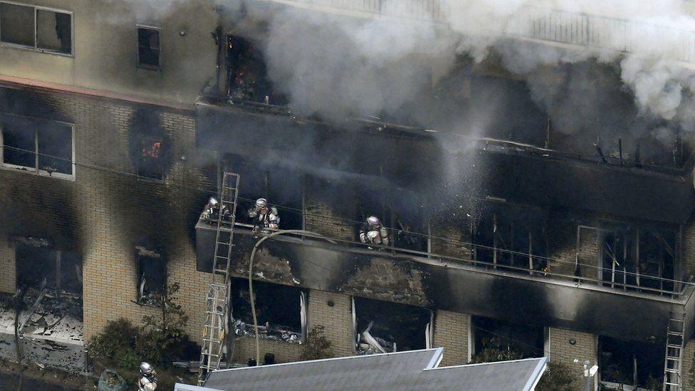 النيران اشتعلت في المبني وقت الصباح