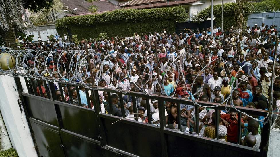 Supporters of the Congolese main opposition party Union for Democracy and Social Progress (UDPS) gather outside the home of the late opposition leader Etienne Tshisekedi, Kinshasa, 28 March 2017