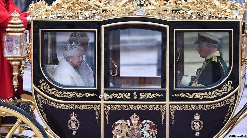 الملكة إيزابيث الثانية في طريقها إلى قصر ويستمينستر