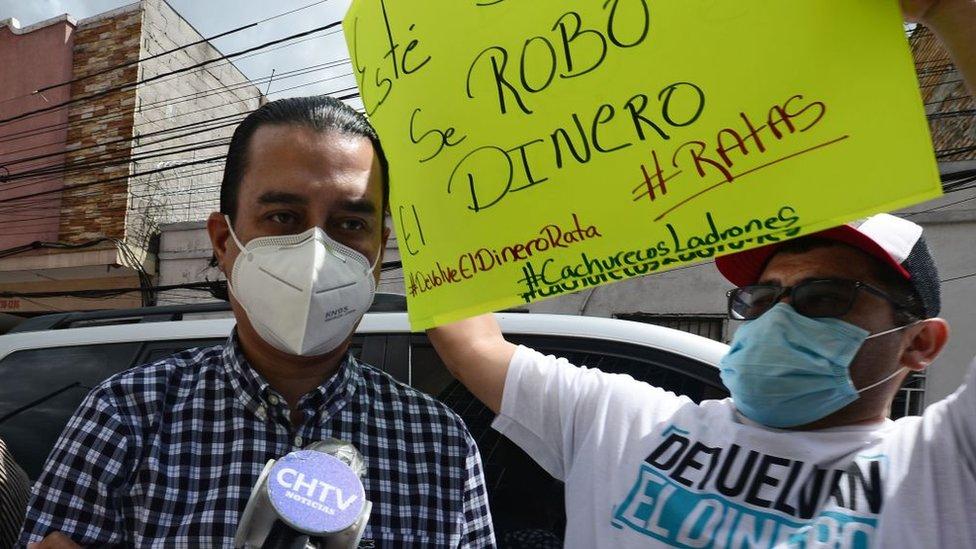 Marco Bográn junto a un manifestante
