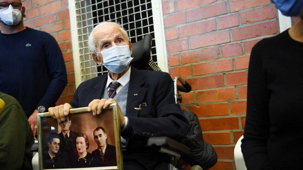 Leon Schwarzbaum no julgamento do ex-guarda de Sachsenhausen em 7 de outubro de 2021