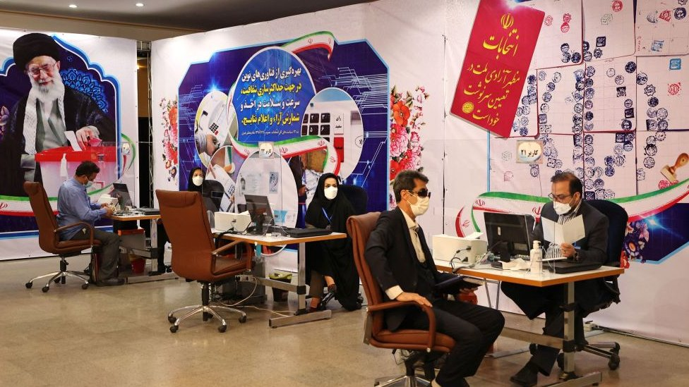 Iranian men register their candidacy for the presidential election, Tehran (15/05/21)
