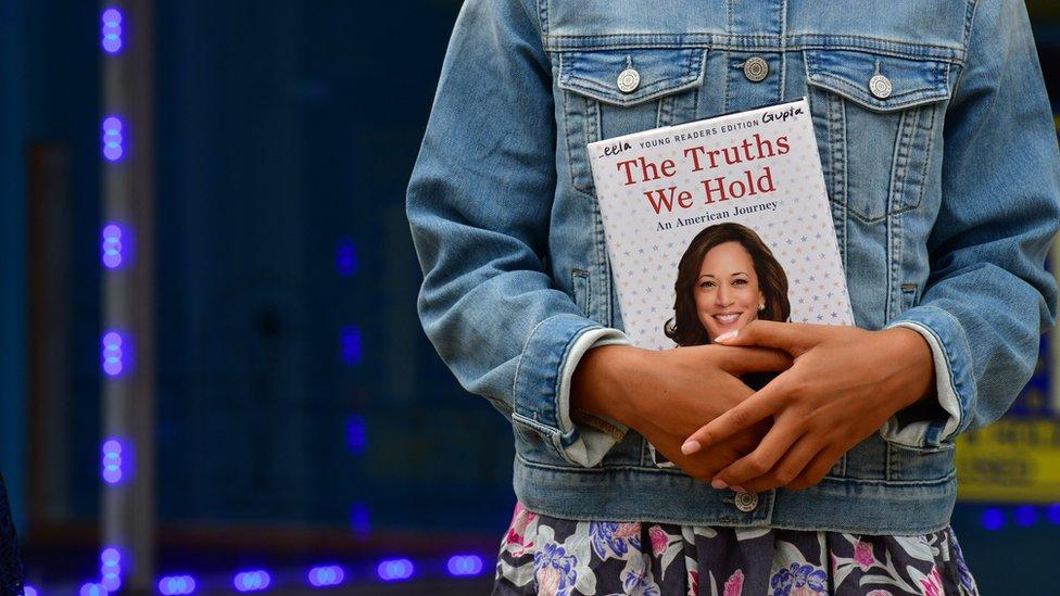 Una niña sostiene una copia del libro de Kamala Harris el 17 de septiembre de 2020 en Filadelfia, Pensilvania