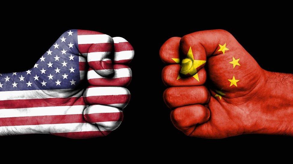 印有中美兩國旗幟的拳頭交鋒