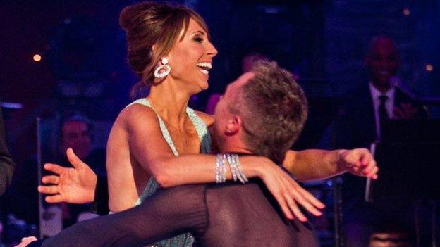 A ddylai'r BBC barhau i gynhyrchu rhaglenni 'poblogaidd' fel Strictly Come Dancing?