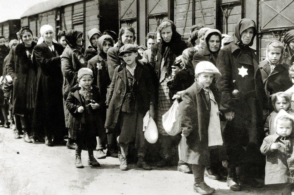 La llegada de los judíos húngaros a Auschwitz-Birkenau, en la Polonia ocupada por los alemanes, en junio de 1944. Entre el 2 de mayo y el 9 de julio, más de 430,000 judíos húngaros fueron deportados a Auschwitz.