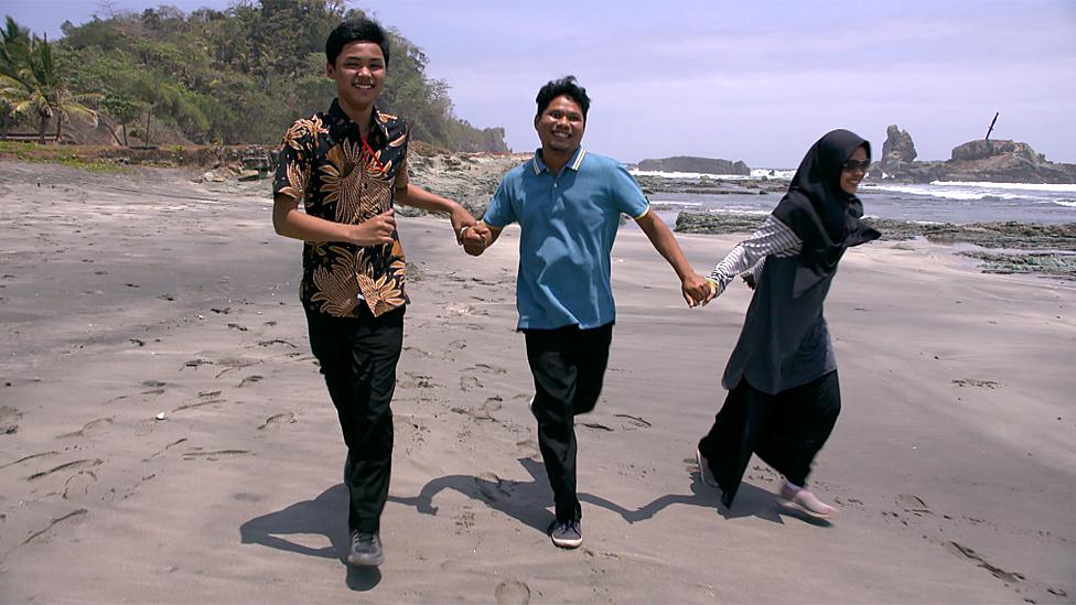 Porodica trči na plaži
