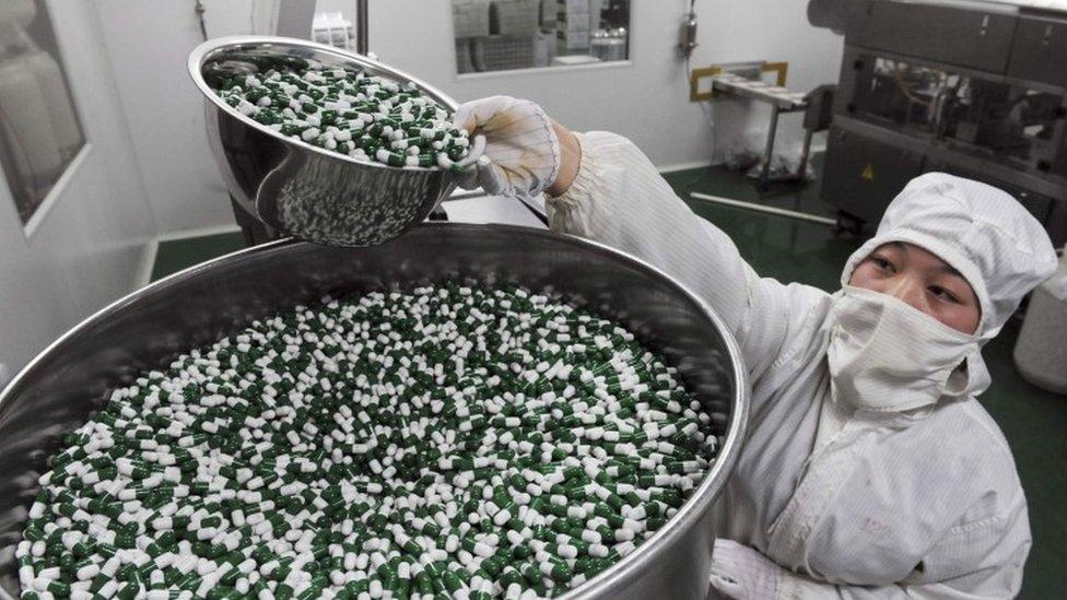 Una trabajadora en una planta de medicamentos de China