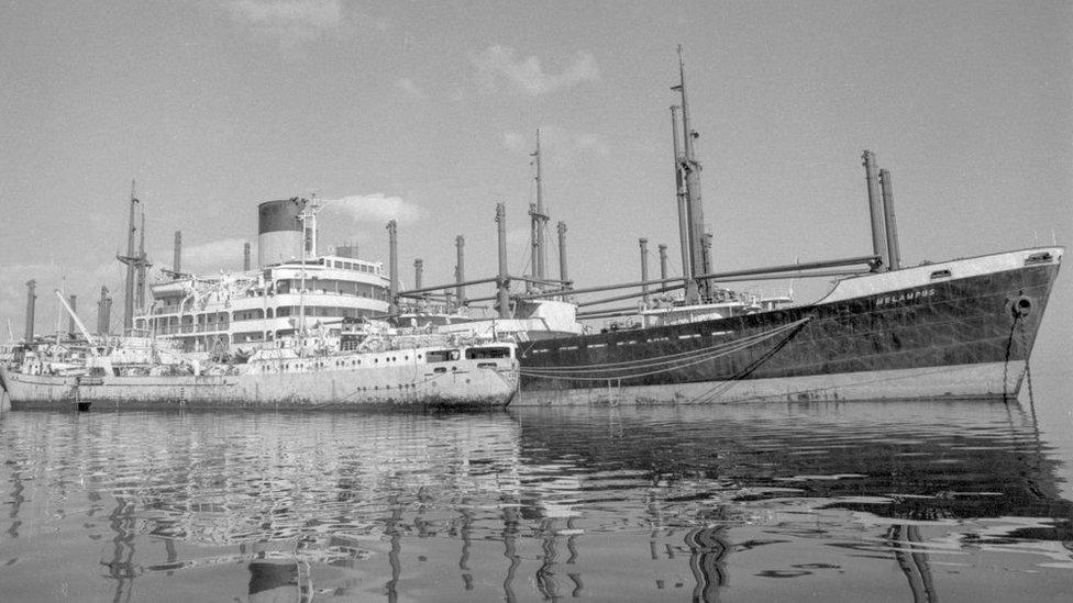 Barcos en el Canal de Suez