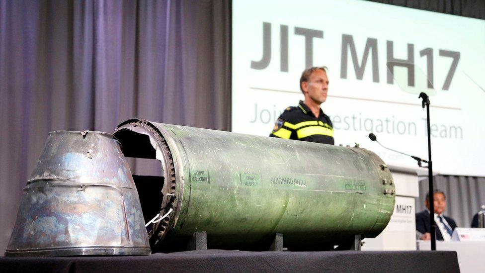 بقايا صاروخ من نوع بوك عرضها المحققون الدوليون في مؤتمر صحفي