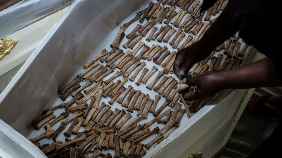 Huesos humanos en un ataúd.