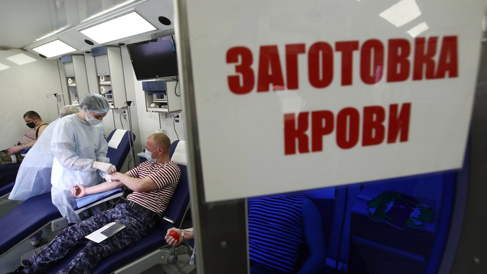 Pripadnik Rosgvardije daje krv u ruskom gradiću Reutov 15. aprila
