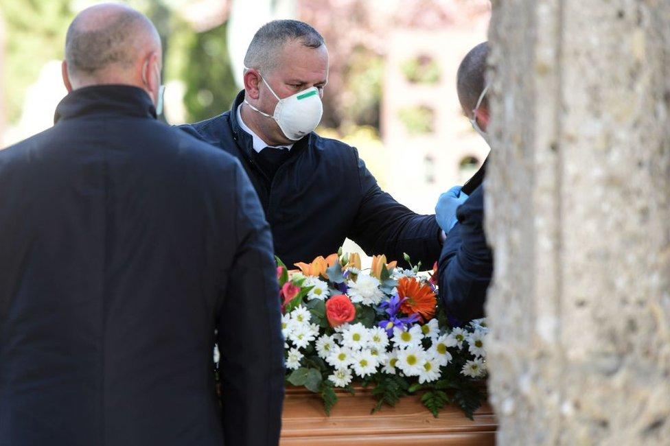 Entierro en el cementerio municipal de Bérgamo, Italia, el 16 de marzo de 2020.