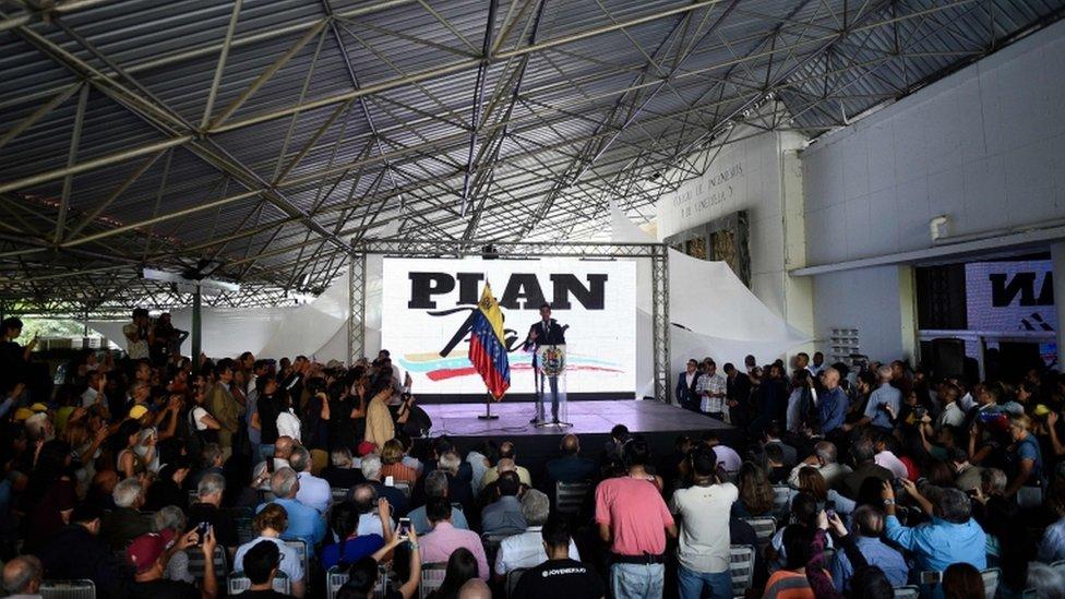 Guaidó en la presentación del plan de la oposición.