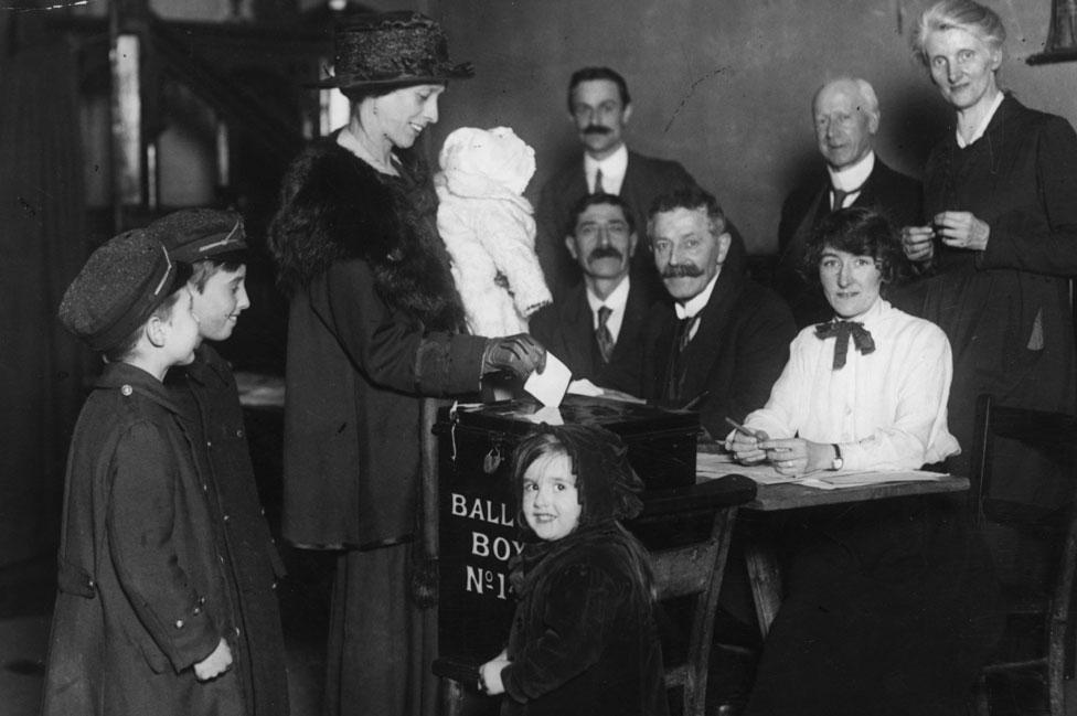 Una mujer vota por primera vez en el Reino Unido en 1918.