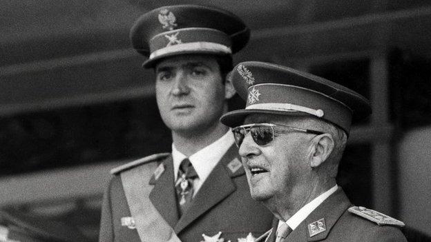 Fotografija je uslikana 10. juna 1971. godine - na njoj su princ Huan Karlos od Burbona i Francisko Frako na paradi Pobede u Madridu