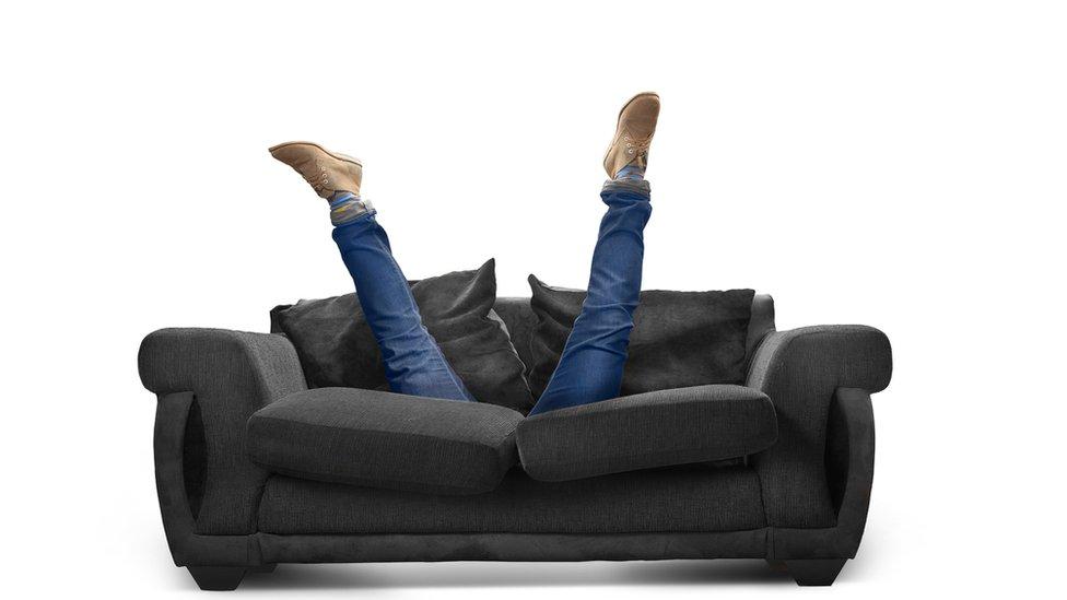 Buscando tras el sofá