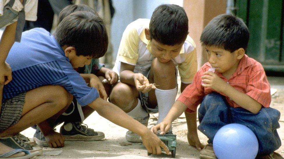 Luis Fermín en 1991 jugando con otros niños con un autito y una pelota