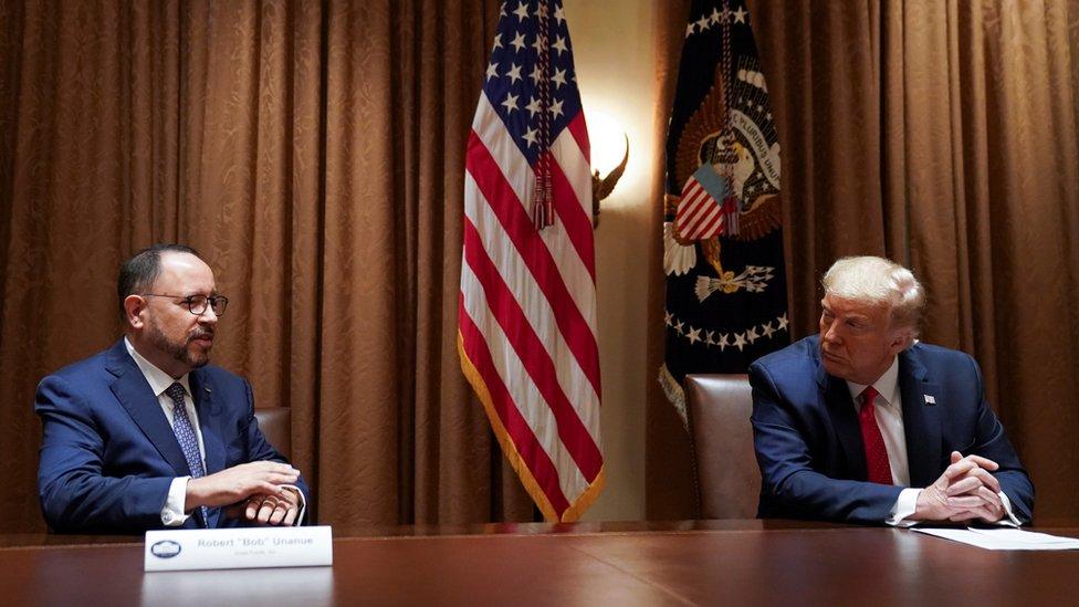 El presidente de Estados Unidos, Donald Trump, escucha los comentarios de Robert Unanue, director ejecutivo de Goya Foods, antes de firmar una Orden Ejecutiva sobre la Iniciativa de Prosperidad Hispana en la Casa Blanca en Washington, EE.UU., 9 de julio de 2020.
