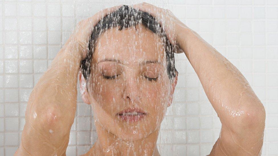 Una mujer duchándose