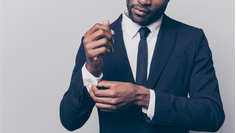 Hombre vestido elegante.