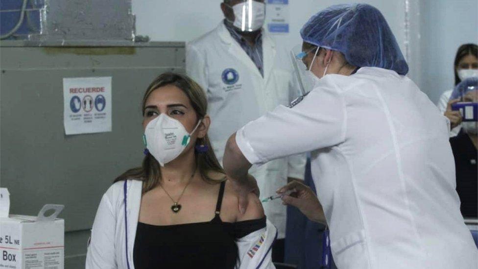 Sanitaria recibe la vacuna en Los Teques.