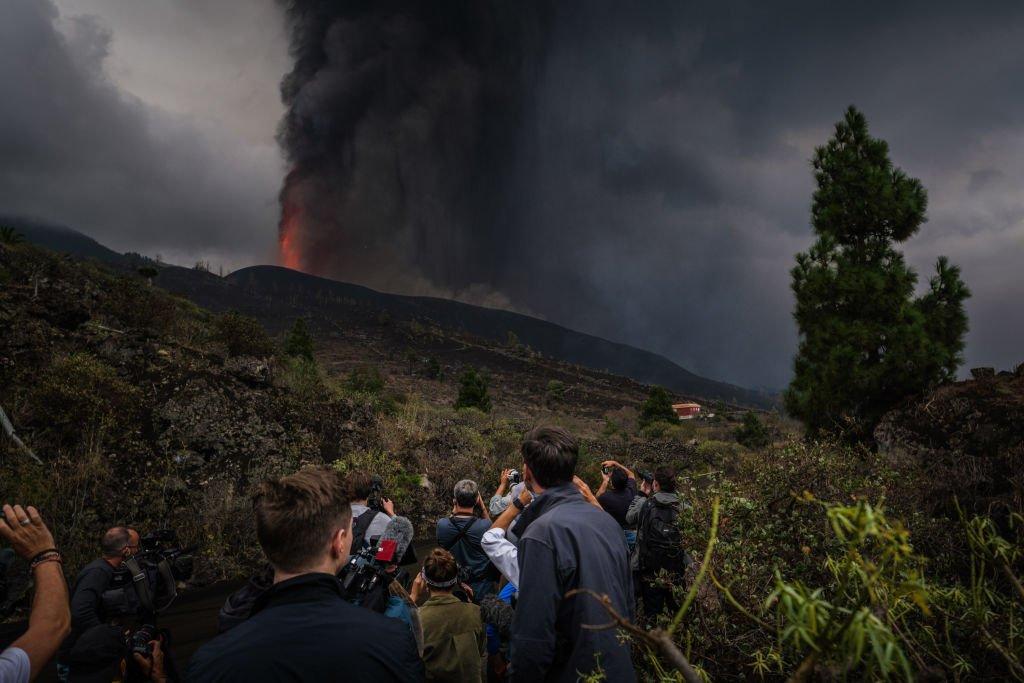 Ciudadanos en una ladera observan la erupción del volcán Cumbre Vieja