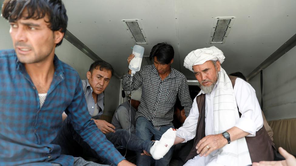 Herido siendo trasladado tras la explosión de este miércoles