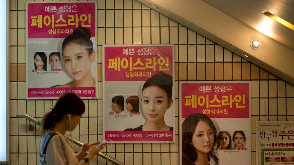 Posters para cirugía plástica en Seúl.