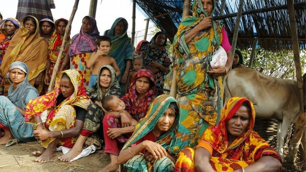 Flood victims wait for aid in Jamtola, Sariakandi, Bogra, Bangladesh (17 Aug 2017)