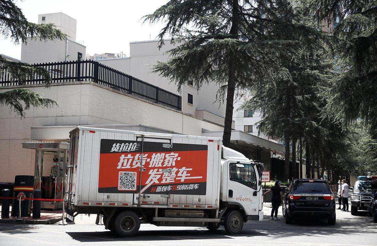 有搬家公司的車輛在進入領事館後離開。