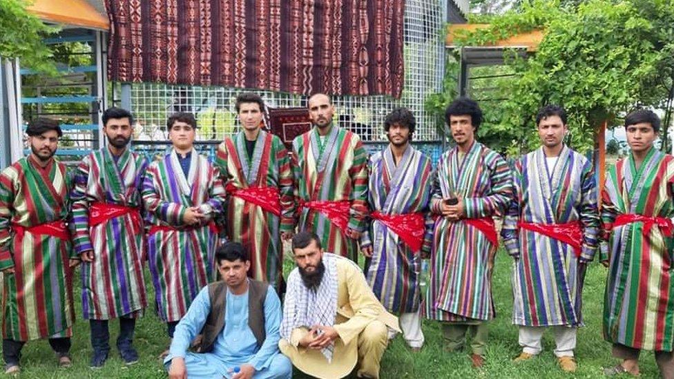 Talibshah Hosseini, de pie en el centro, después de una actuación para el día del agricultor en la provincia de Faryab.