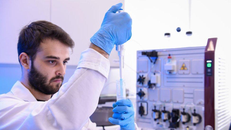 Ilmuwan di laboratorium tengah melakukan penelitian vaksin.