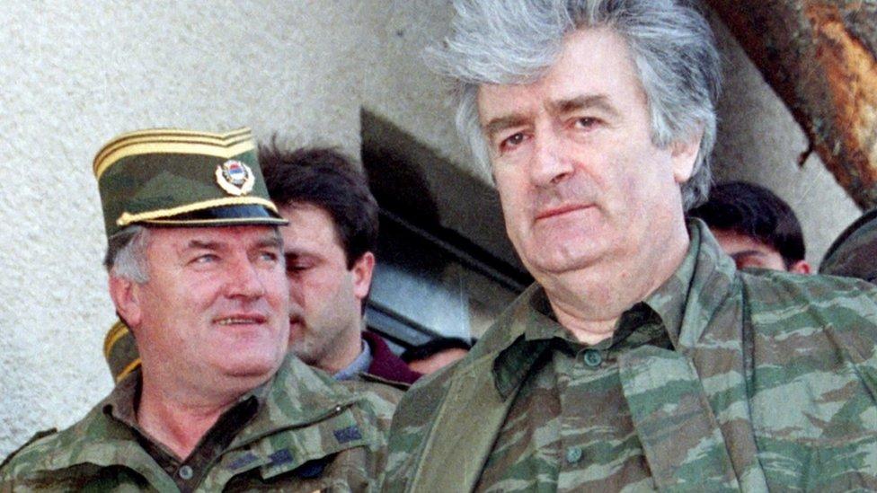 ملاديتش (إلى اليسار) ورادوفان كارادزيتش
