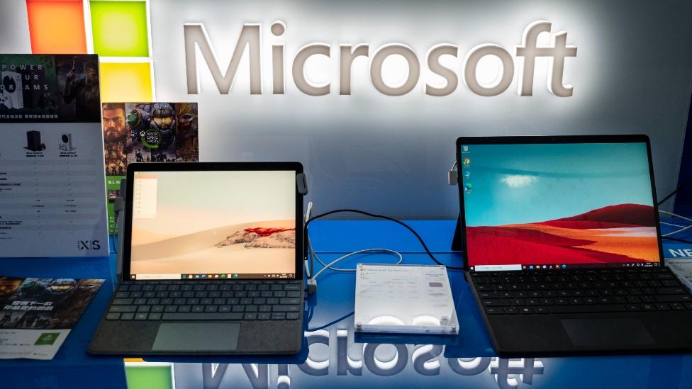 Computadoras y el logo de Microsoft